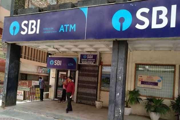 SBI ग्राहकों को लग सकता है बड़ा झटका, जल्द खत्म हो सकते हैं डेबिट कार्ड